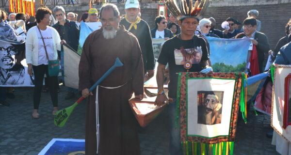 Canoa-é-um-dos-símbolos-da-Amazônia-na-Via-Sacra-pelas-ruas-de-Roma_Foto_Jaime-C.-Patias-3