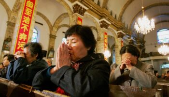 Catolicos en China rezando en una iglesia de Pekin Chinese women pray during a mass dedicated to Pope John Paul II at a government approved Catholic church in Beijing April 8, 2005. China, which does not recognise the authority of the Vatican, offered its sympathies on the death of Pope early this week and said it hoped his successor would act to improve relations.    REUTERS/Reinhard Krause pek04d/0408_03/cordon press